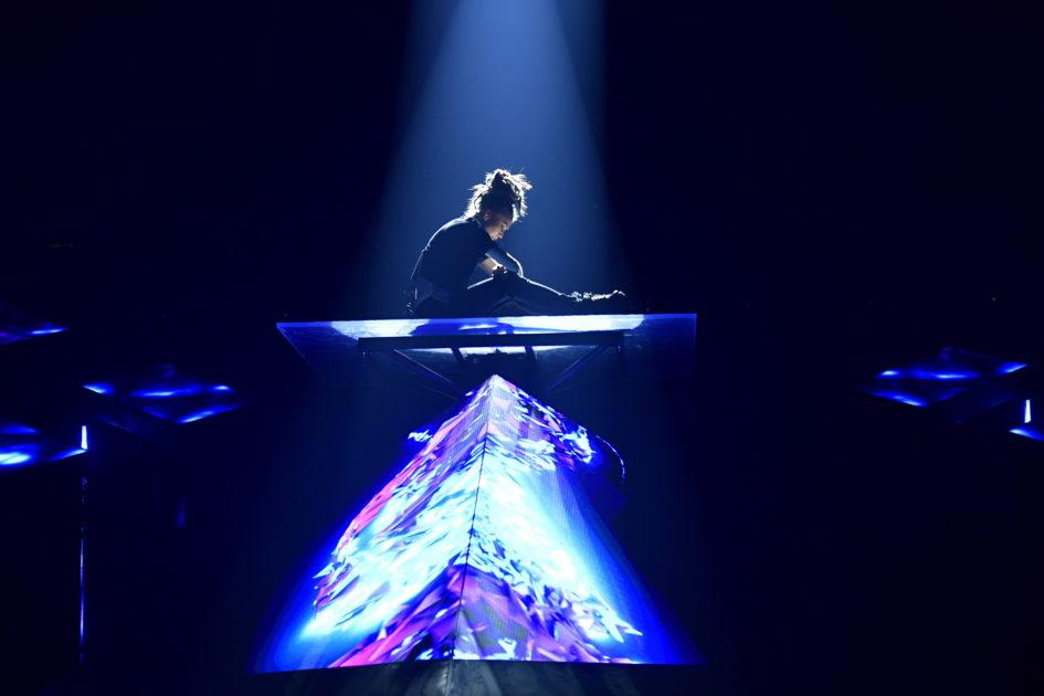 Mariette svävar på en lysande plattform i Melodifestivalen2018