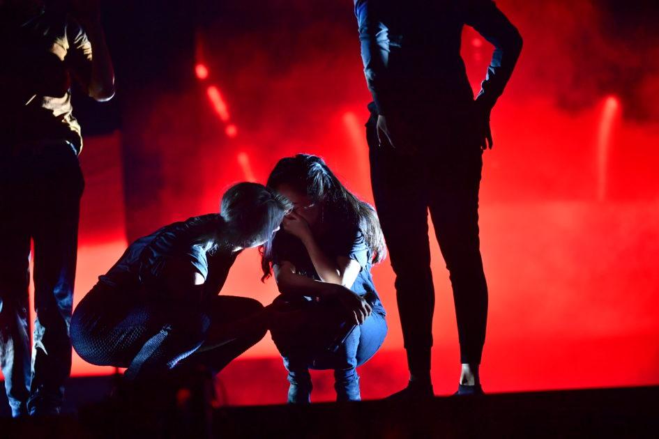 Barbi Escobar bryter ihop på scenen